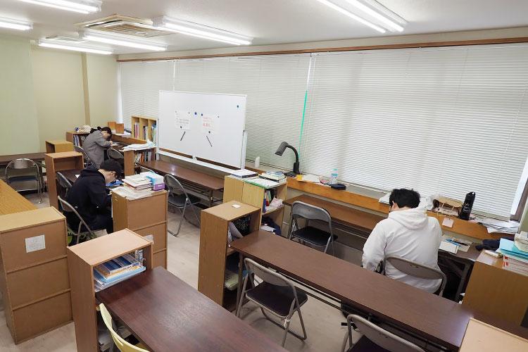 東英予備校の自習室