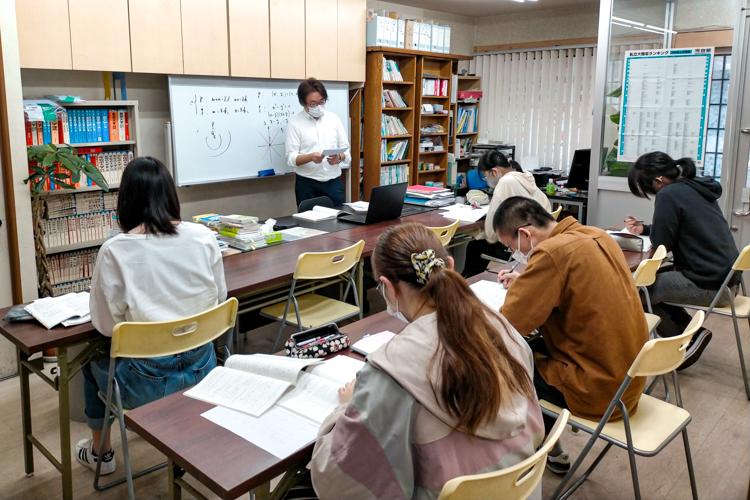 集団授業は8人以下の少人数制